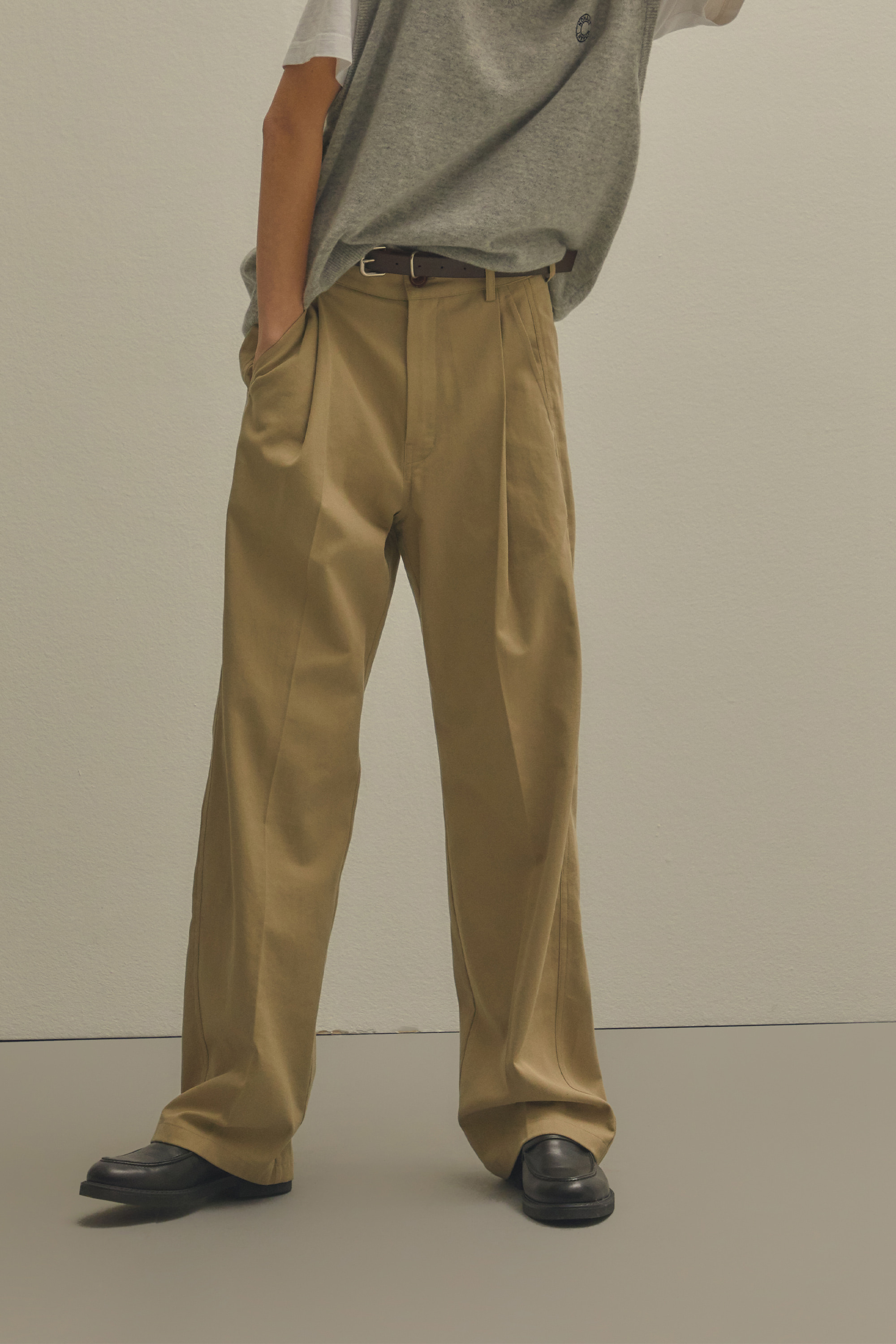 ONE-TUCK CHINO PANTS BEIGE